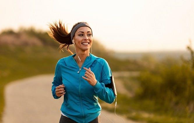 Uma mulher correndo no parque