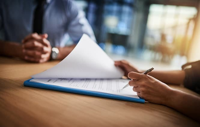 mulher assinando contrato