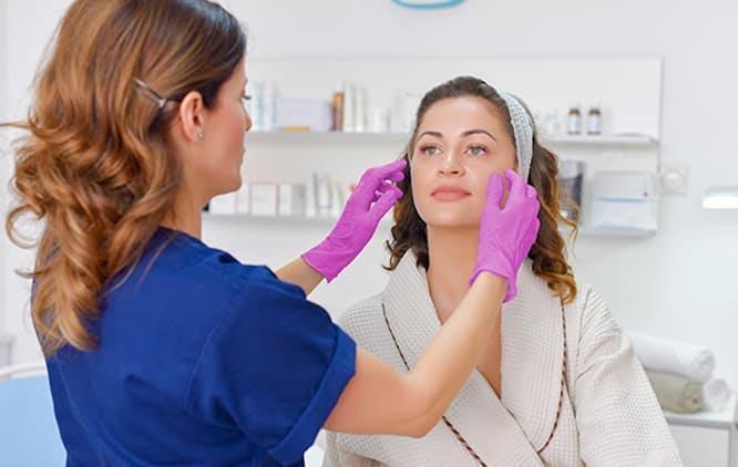 médica analisando o rosto de paciente