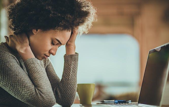 mulher sofrendo com cefaleia tensional