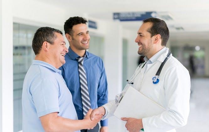 Beneficiário de plano de saúde cumprimentando médico