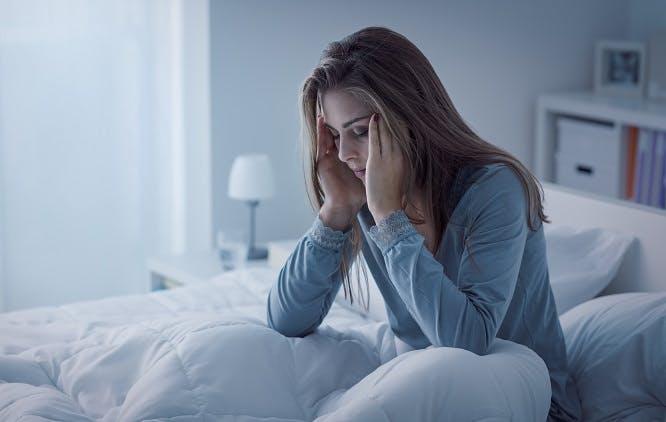 Mulher sofrendo com insônia