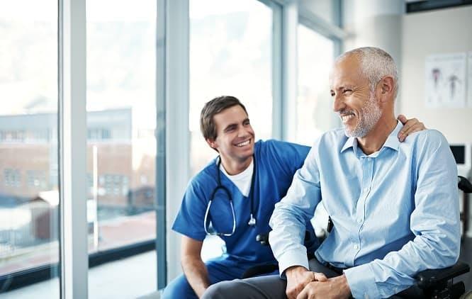 médico dando risada junto com seu paciente