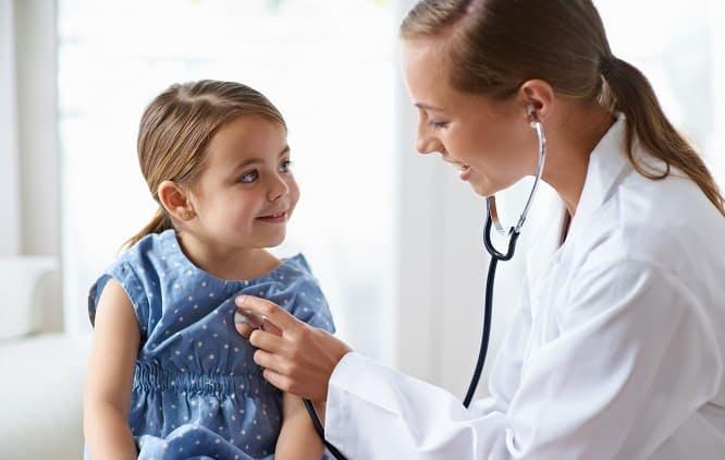 menina sendo examinada por médica com estetoscópio