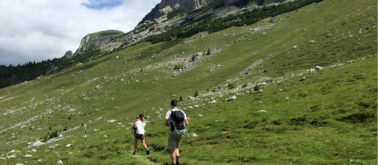 Menschen wandern auf den Bergen aus Transsilvanien