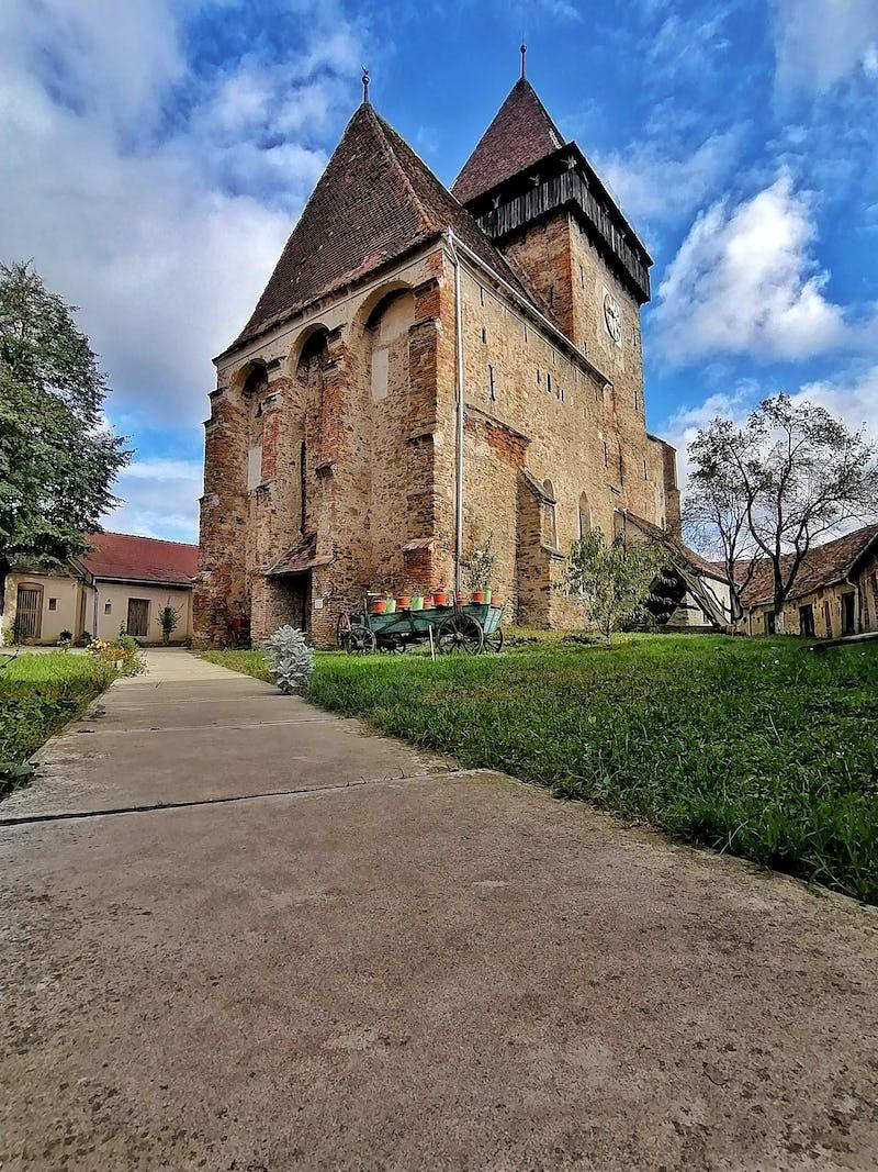 Vedere de ansamblu a bisericii fortificate