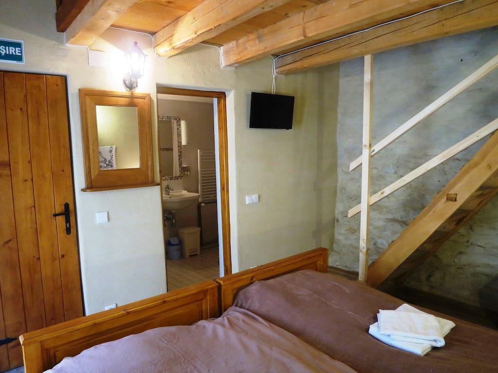 Accesul în baie și treptele pentru acces la etajul camerei