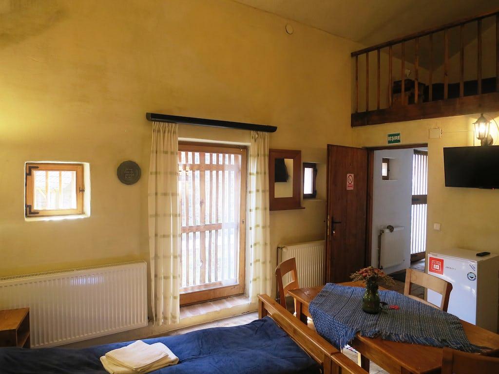 Accessul în cameră și fereastră spre exterior