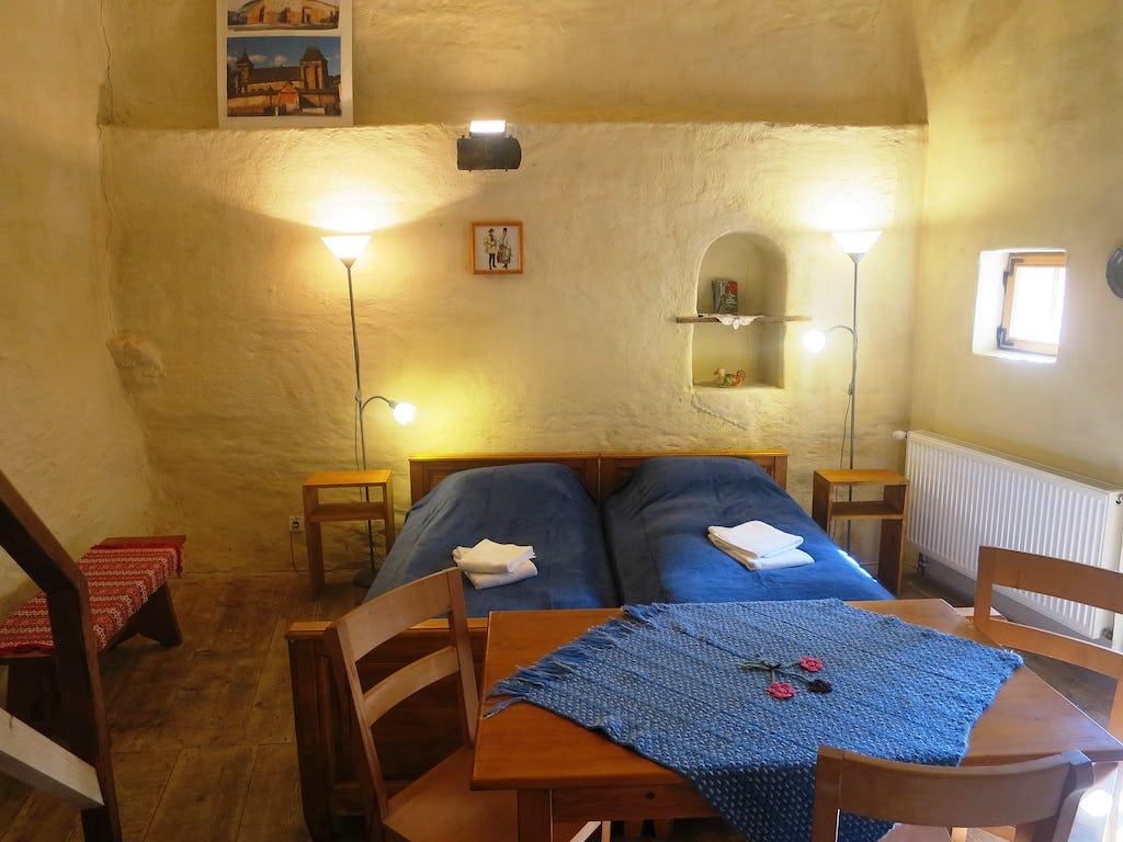 Camera în ansamblu cu pereții medievali