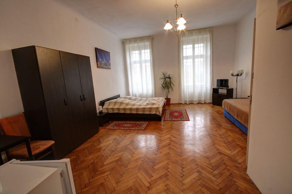Dulap și cameră pentru trei persoane