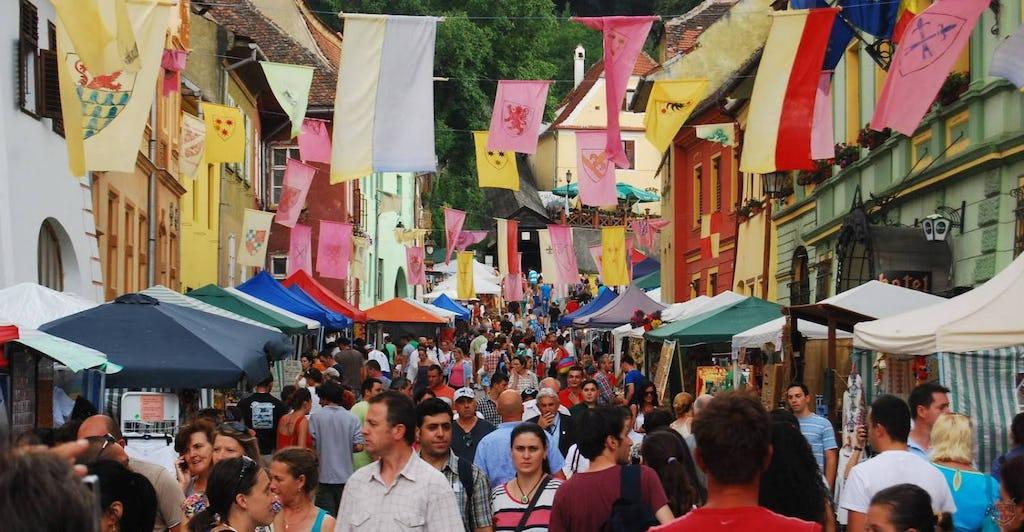Menschen auf den Straßen im Schäßburg währen den mittelalterliches Festival