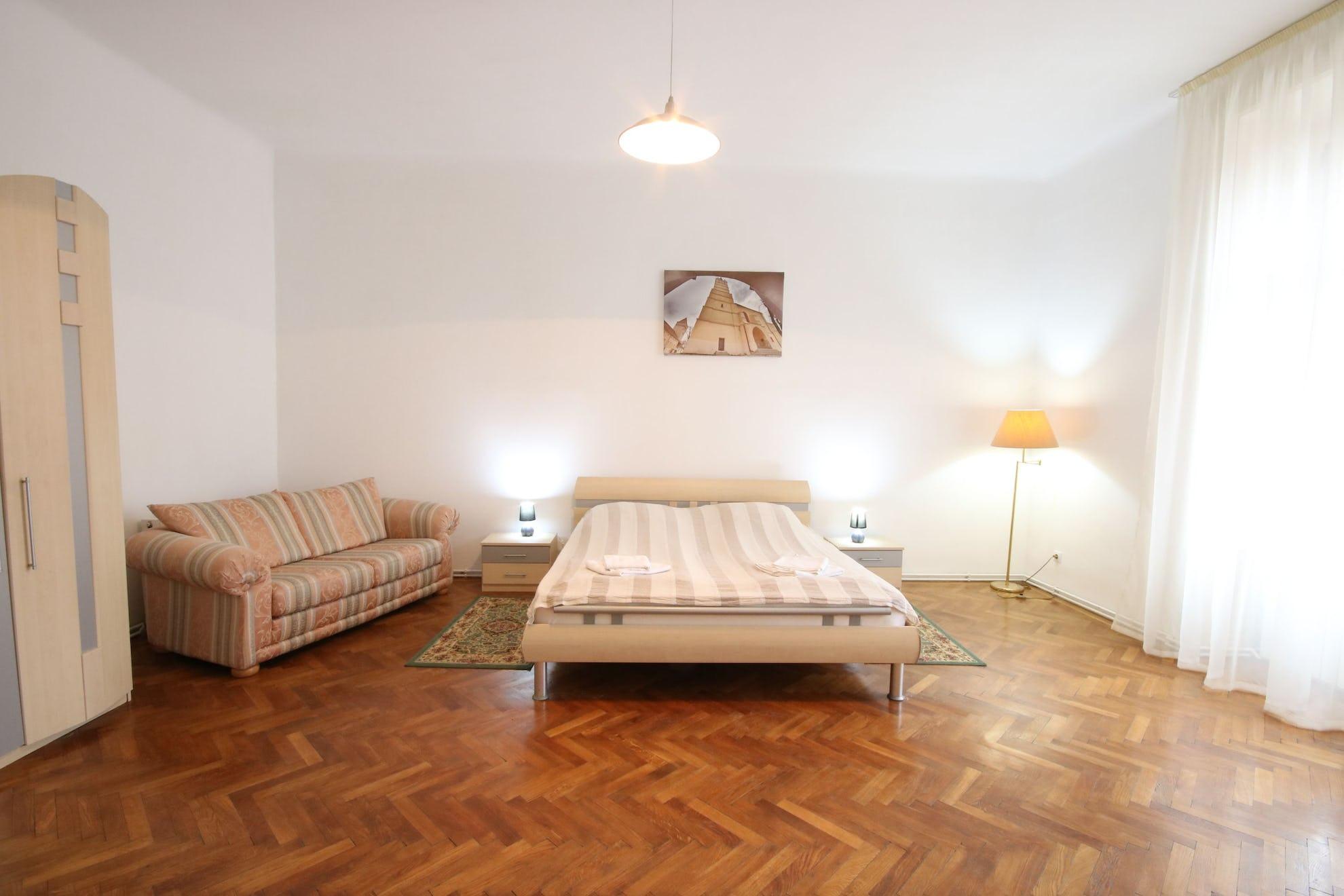 Cameră cu pat dublu și canapea pentru relaxare