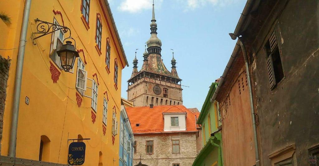 Stundturm gesehn zwischen den mittelalterliche Häuser im Schässburg