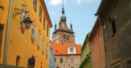 Aussicht auf den Stundturm im Schäßburg vom den mittelalterlichen Straßen