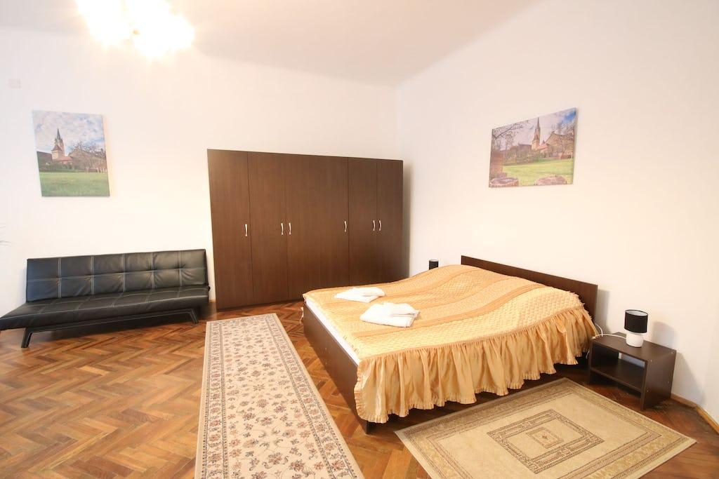 Cameră cu pat dublu, dulap și canapea extensibilă