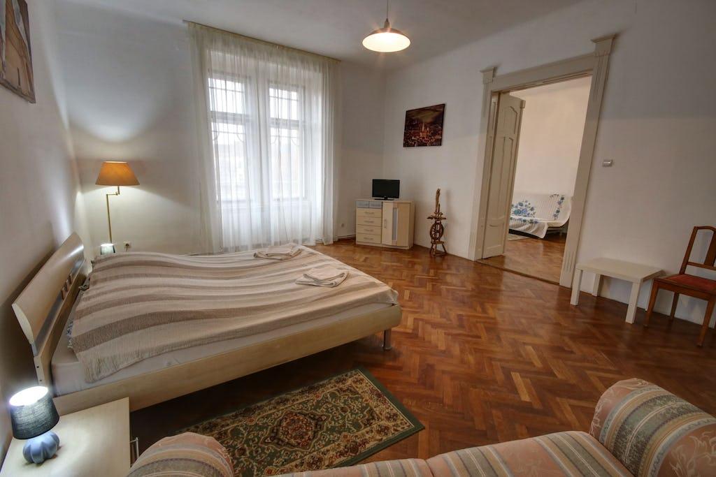 Cameră cu stil aritocrat și pat de mare dimensiuni