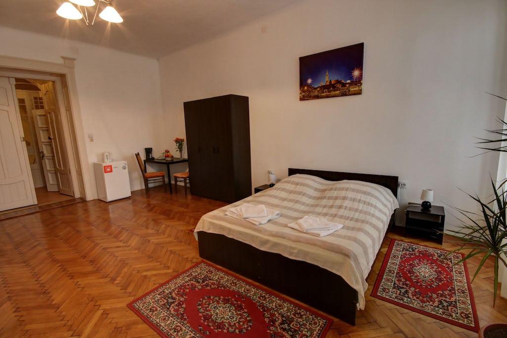 Cameră mare cu pat de două persoane și dulap