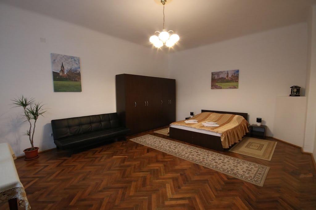 Cameră spațioasă cu dulap și pat