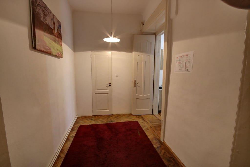 Covor roșu la intrare în cameră