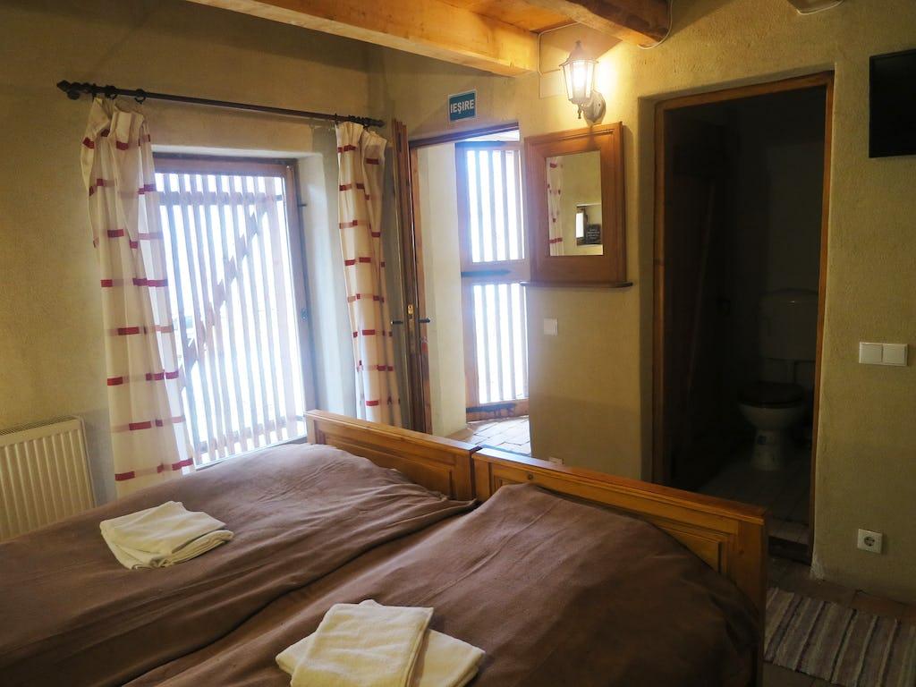 Două paturi la parterul camerei