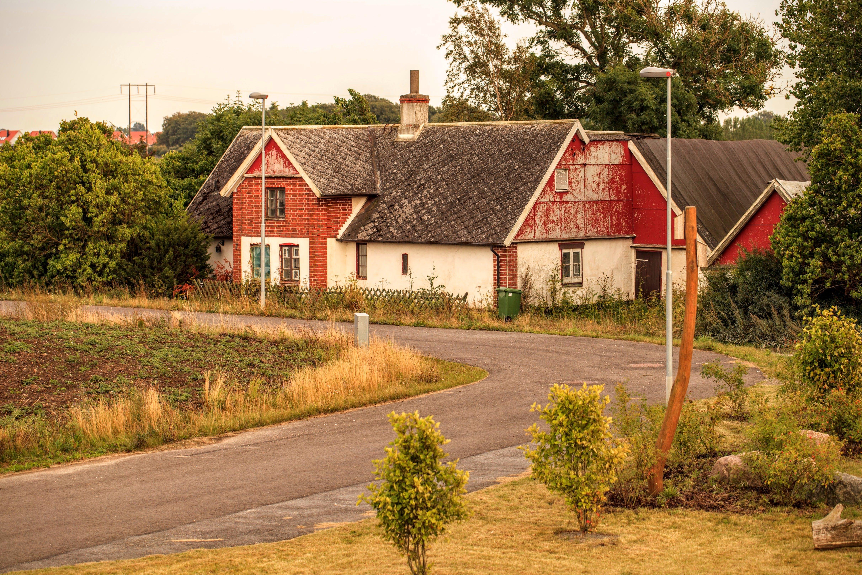 Sakta förvandlar väder, vind och skadegörelse huset invid åkern till ett ruckel.