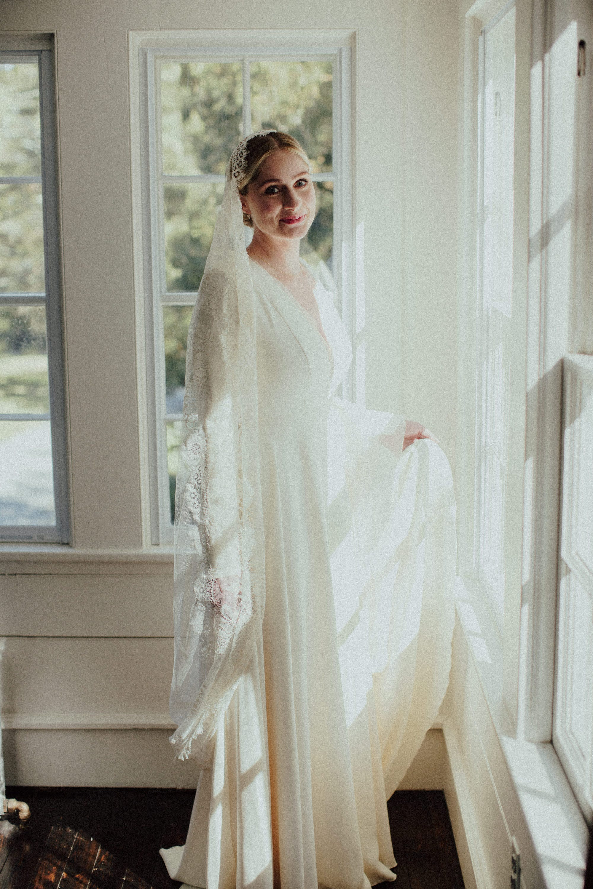 elegant pictures of bride at floating farmhouse new york