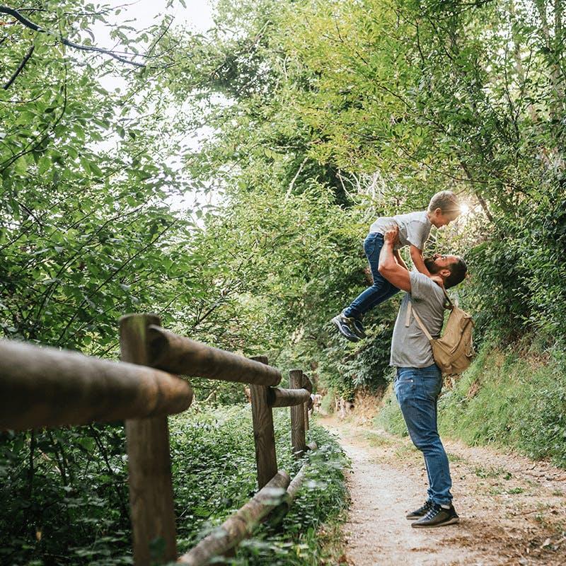 Une famille en séjour dans la nature