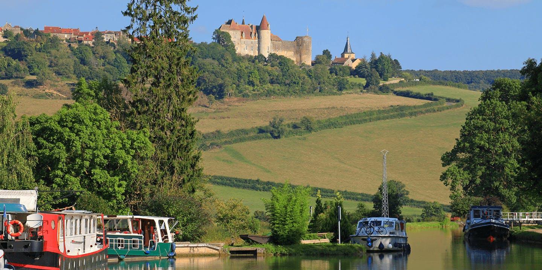 La vue du Canal de Bourgogne et de Chateauneuf-en-Auxois