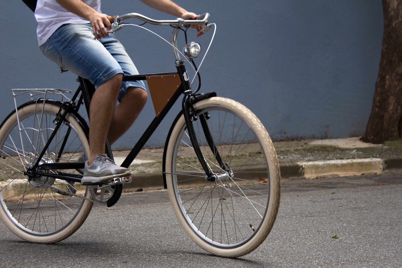 Homem pedalando Vela 1 na cor preta