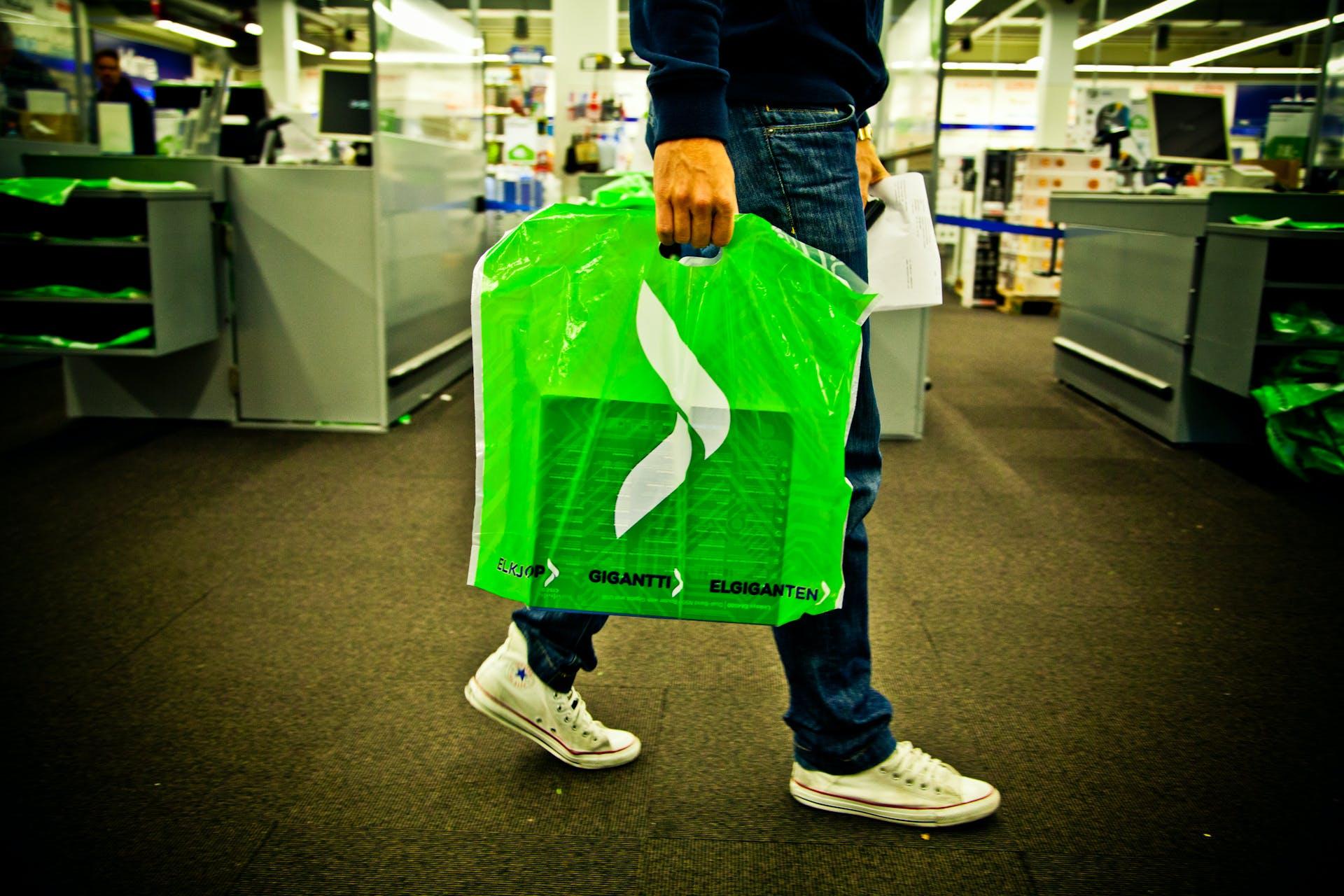 I løbet af de seneste to år er salget af plastikposer hos Elgiganten faldet med 85 procent. Foto: Joakim Mangen/Elkjøp