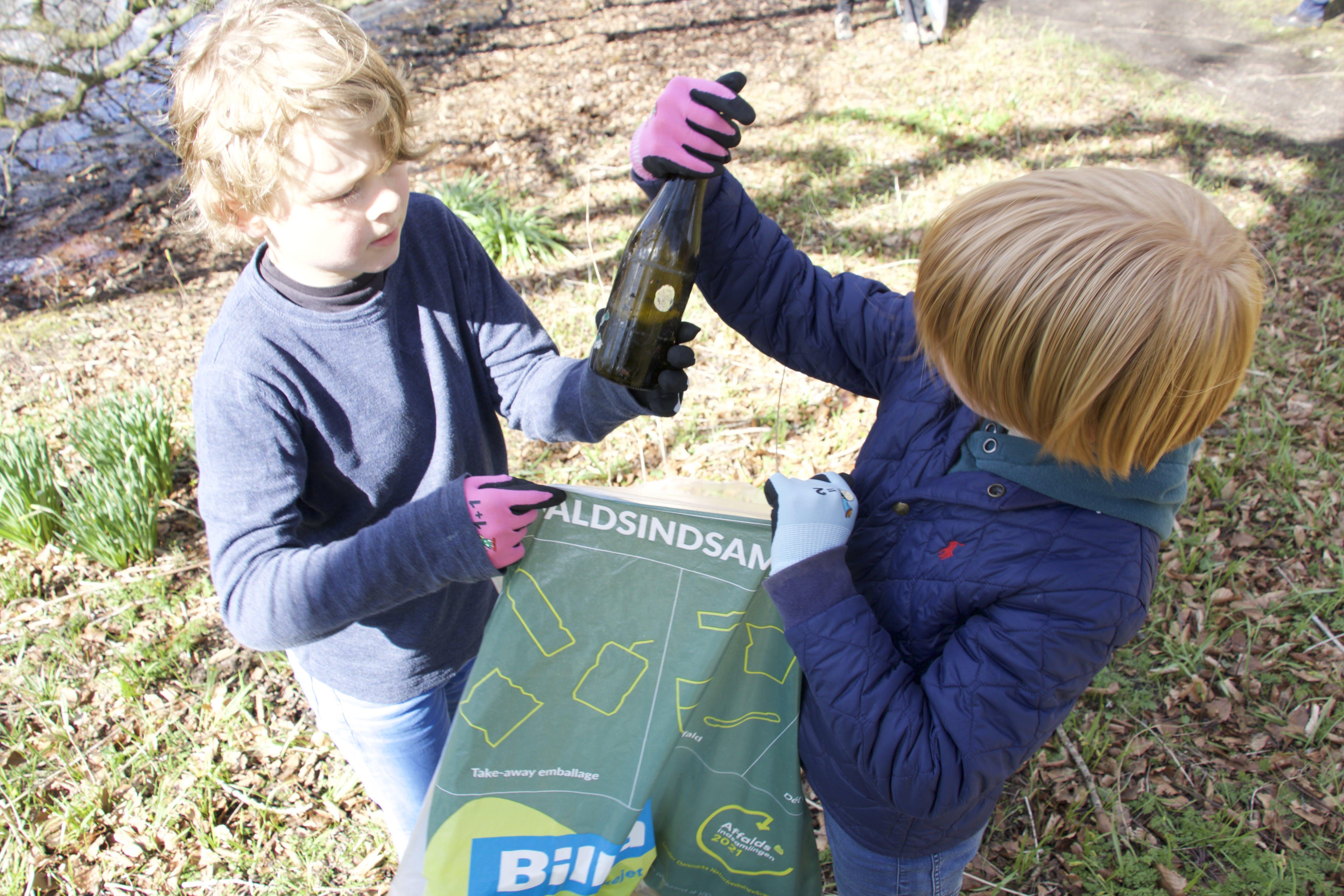 Folkeskoleelever samler skrald ved årets Affaldsindsamling. Foto: Emil Bobek