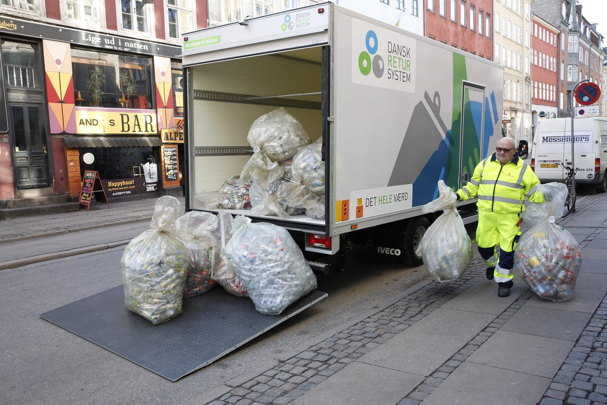 Flere og flere dåser og flasker bliver genanvendt og sparer CO2-udledning i Danmark. Foto: Dansk Retursystem
