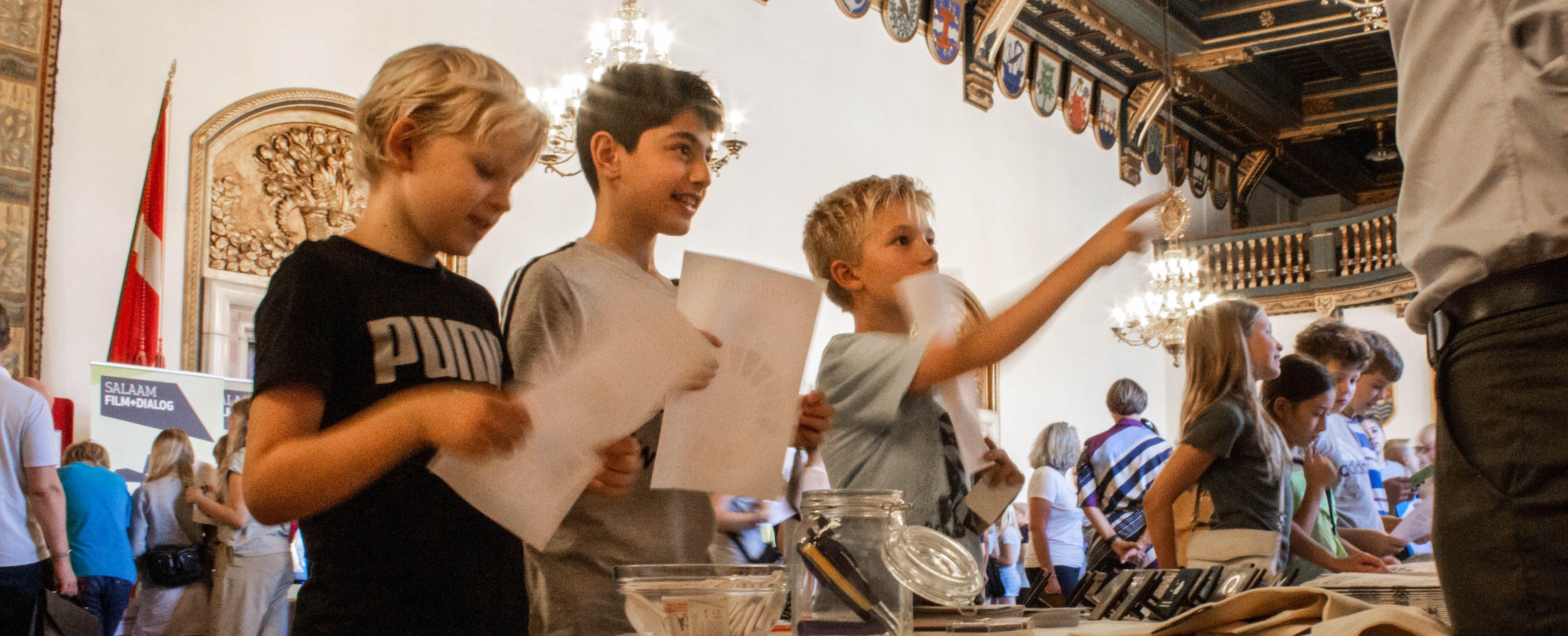 Sidste år blev Verdenstimen lanceret på Københavns Rådhus. Her er elever fra 5. klasse i gang med at afprøve undervisningsmaterialet. Foto: Lauge Eilsøe-Madsen