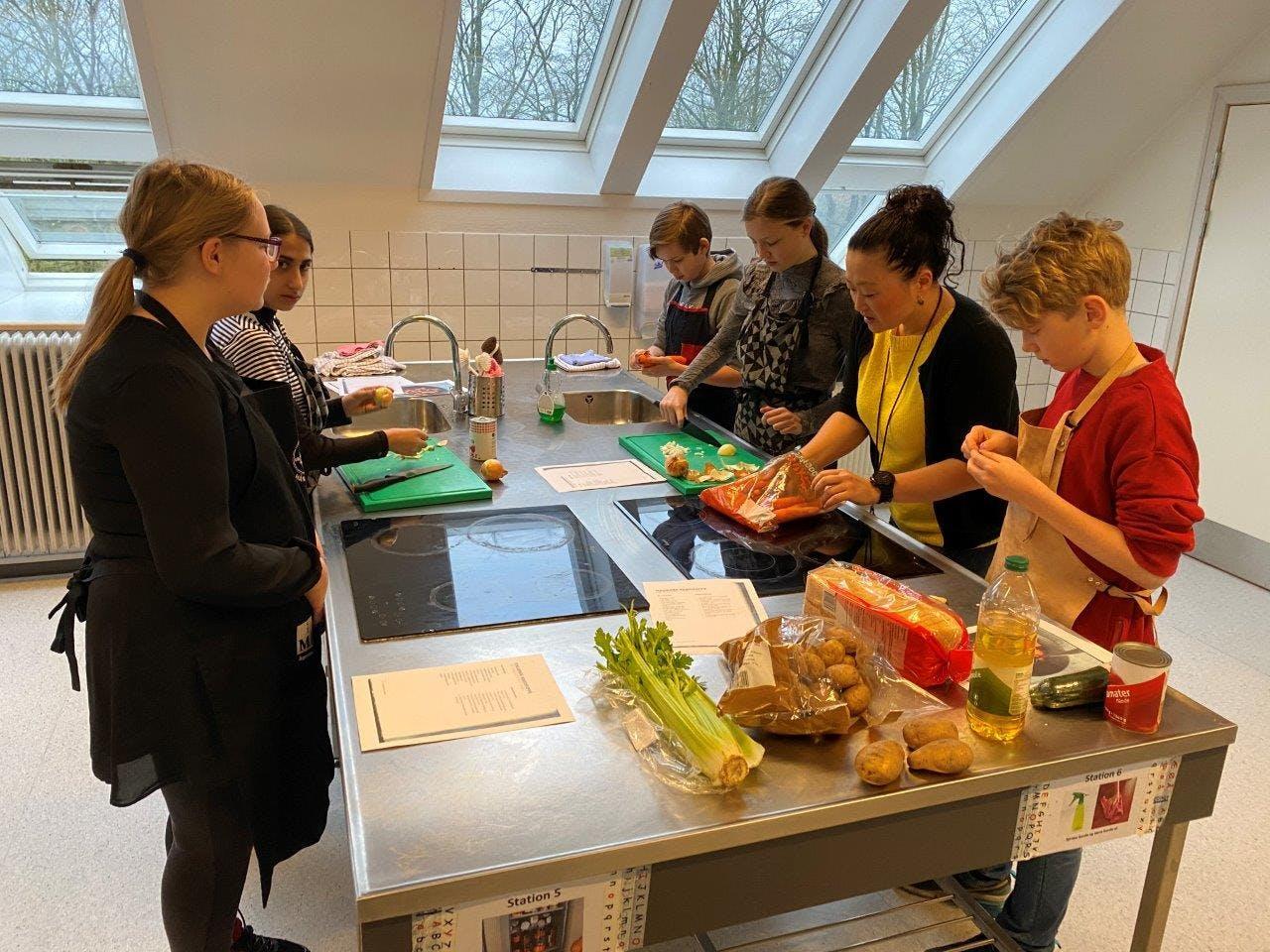 Spar Nord Fonden og Danmarks Lærerforening har samarbejdet om nyt, gratis undervisningsmateriale til madkundskabsundervisningen. Foto: PR