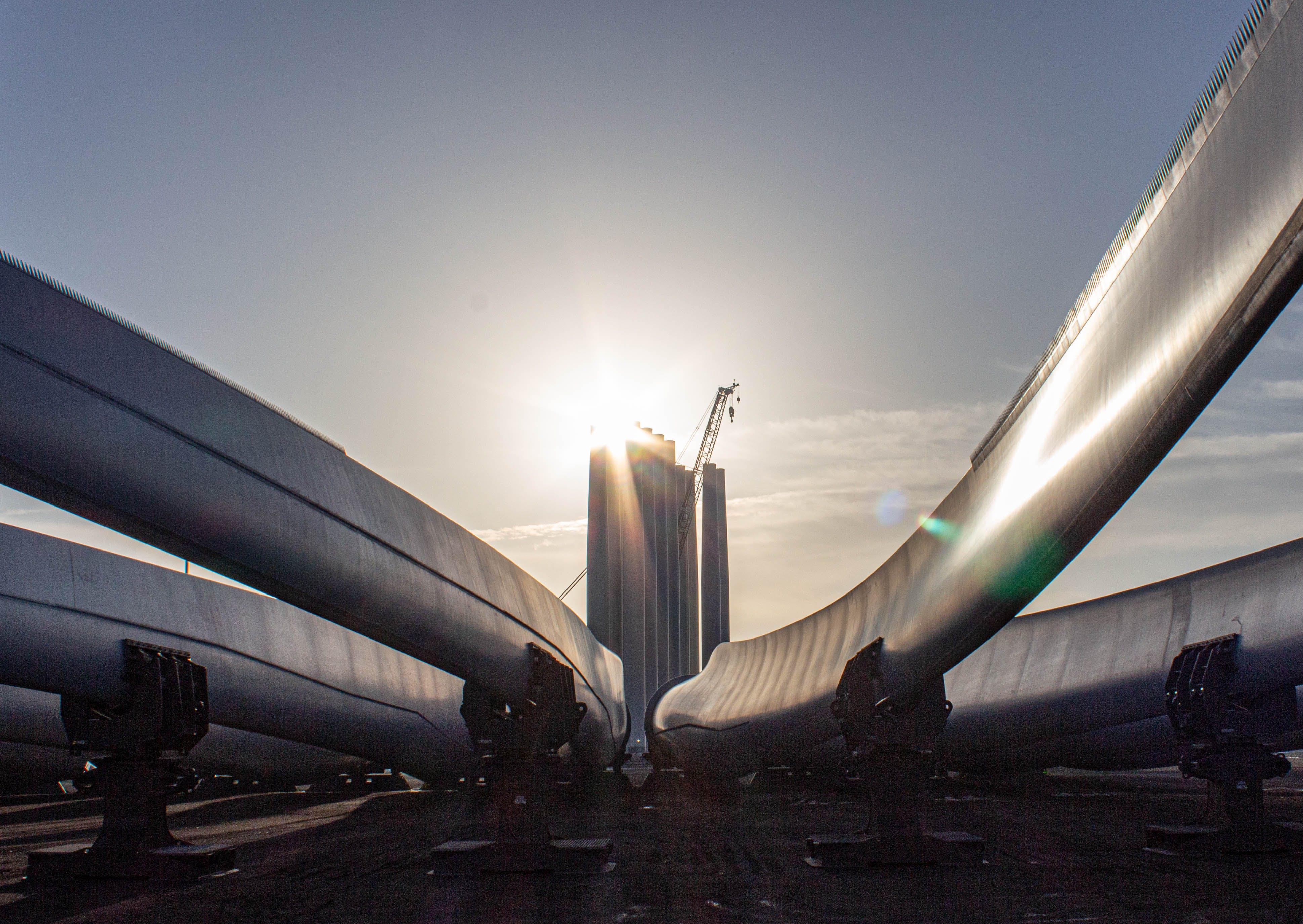 Strømmen har aldrig været grønnere i Danmark. Her er det et byggeri af vindmøller på Bornholm. Foto: Lauge Eilsøe-Madsen