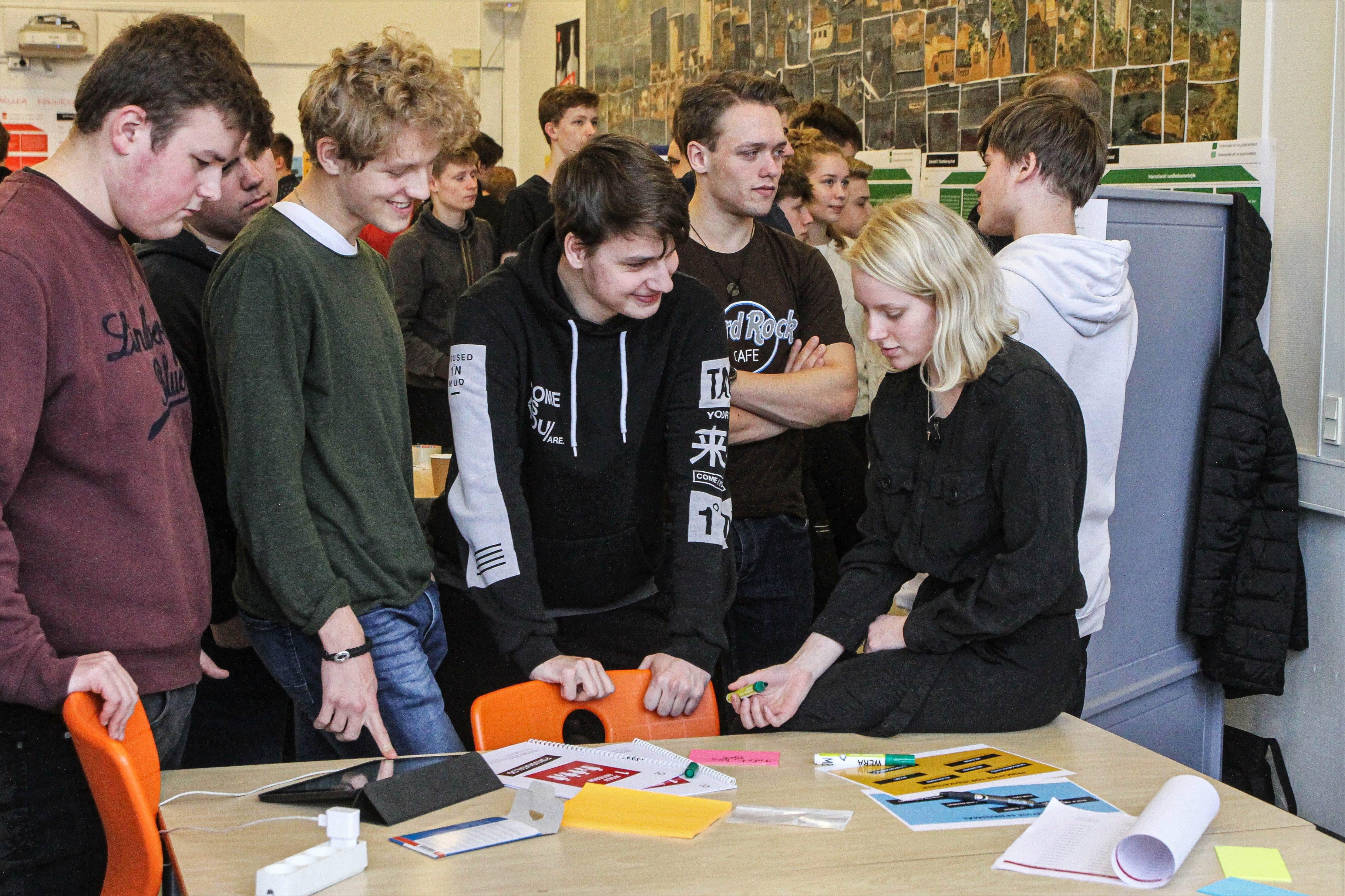 Gymnasieelever i Holbæk er i gang med at brainstorme på, hvordan vi kommer videre med Verdensmålene, og hvor langt vi er med dem lige nu. Foto: Morten Sundgaard - Holbækonline.dk