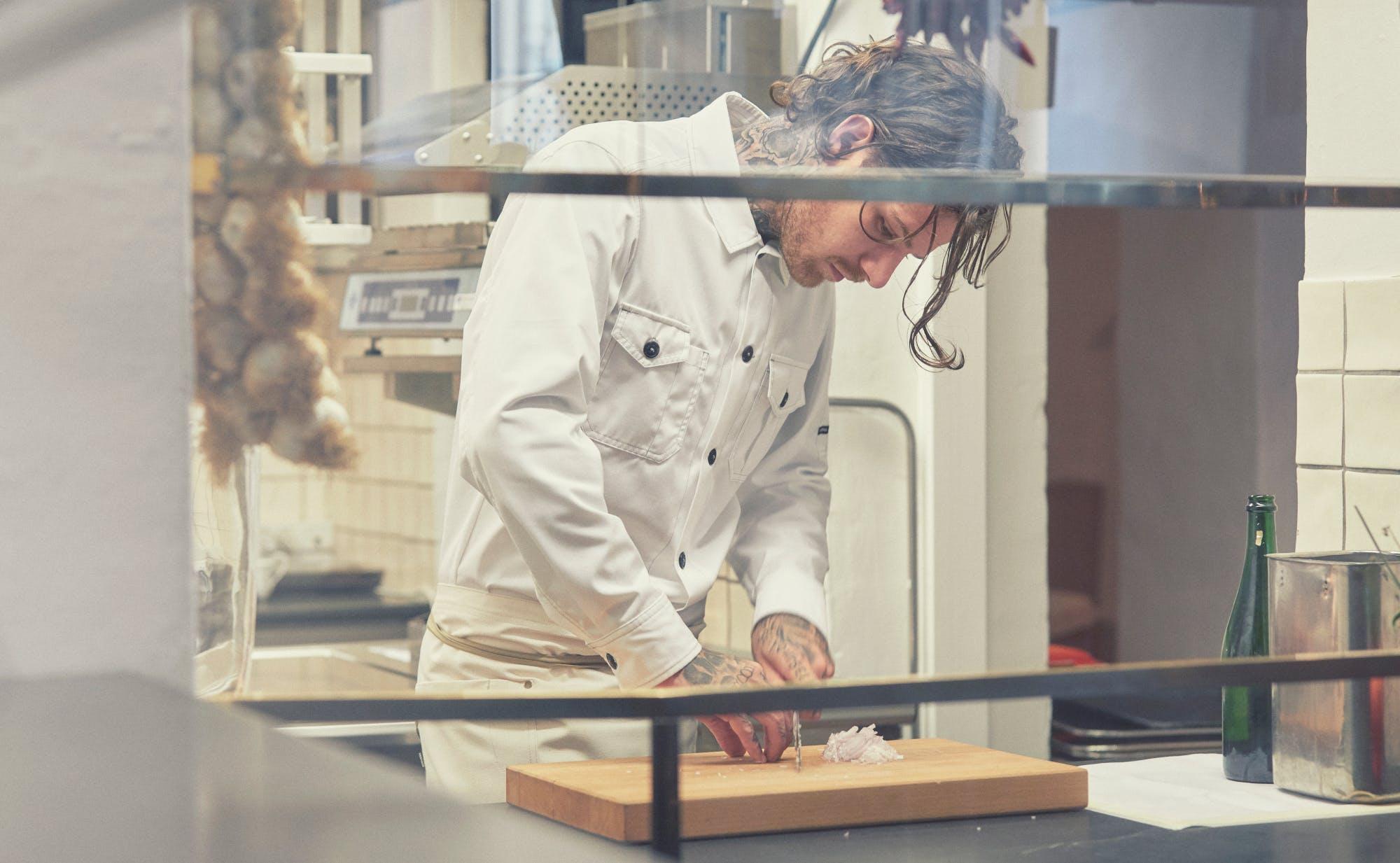 Arbejdstøjsfabrikanten Kentaur bruger materialer fra genbrugsplastflasker, når de producerer kokketøj. Foto: Michael Berg, Spectrowerk