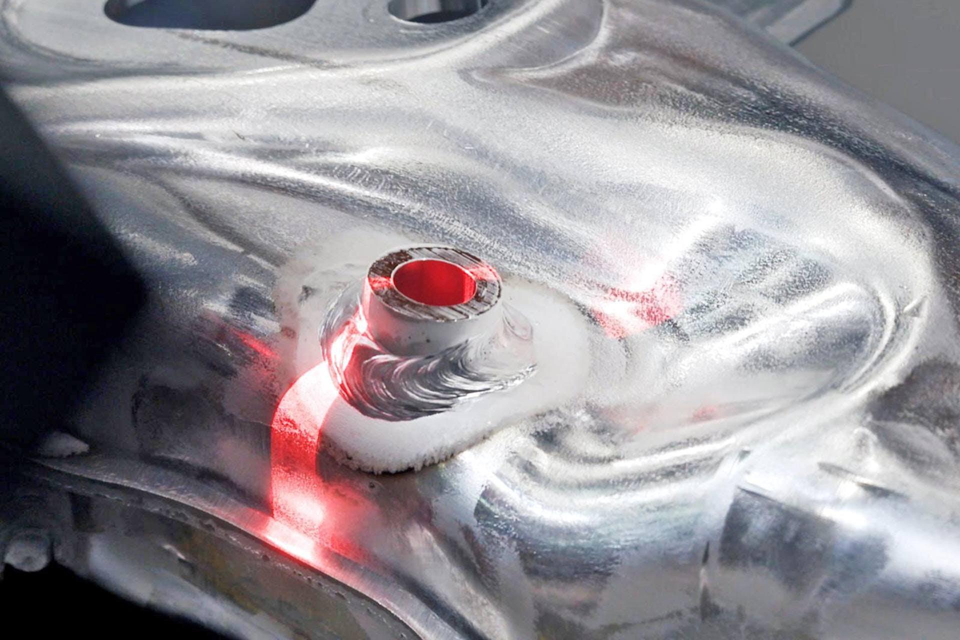 Nahaufnahme einer Schweißnaht mit rotem Laserstrich