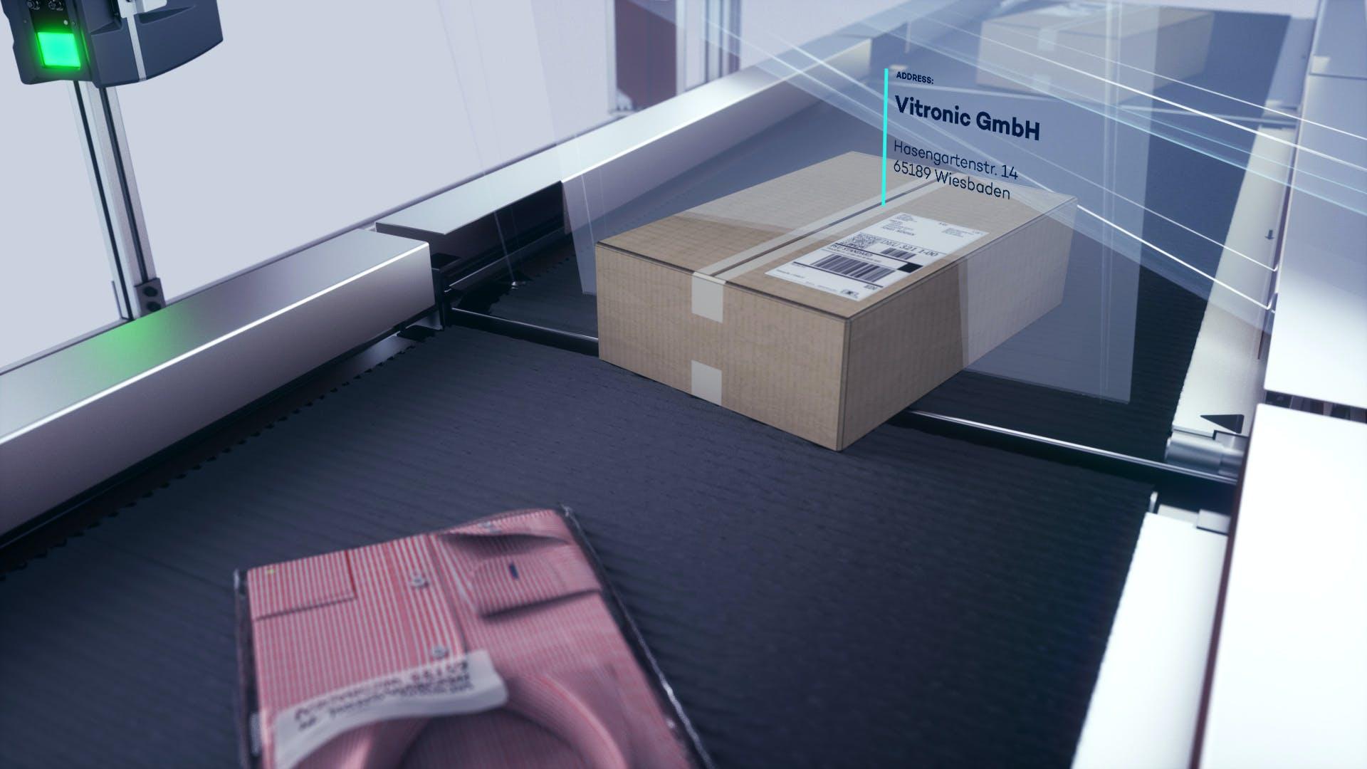 Ein Hemd und ein Paket bei der Datenerfassung durch ein Auto-ID-System von VITRONIC.
