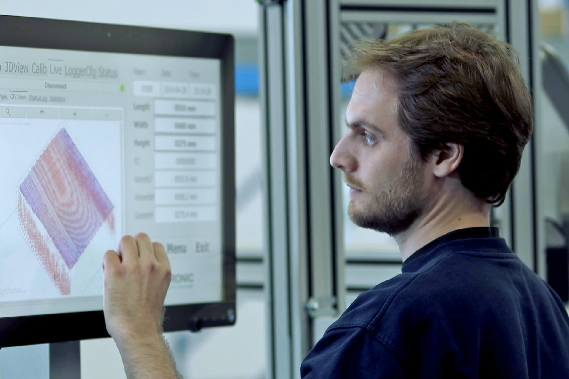 Ein Arbeiter vor einem Bildschirm bei der Datenanalyse