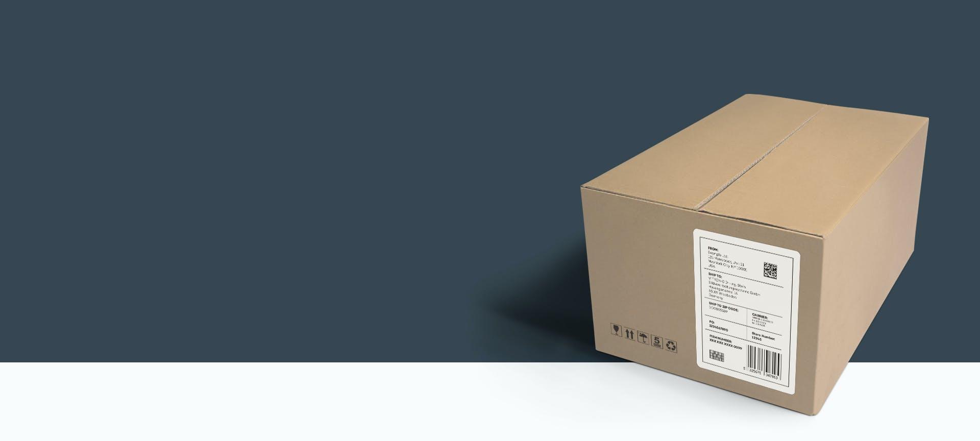 Ein Paket mit Adressaufkleber vor grauem Hintergrund