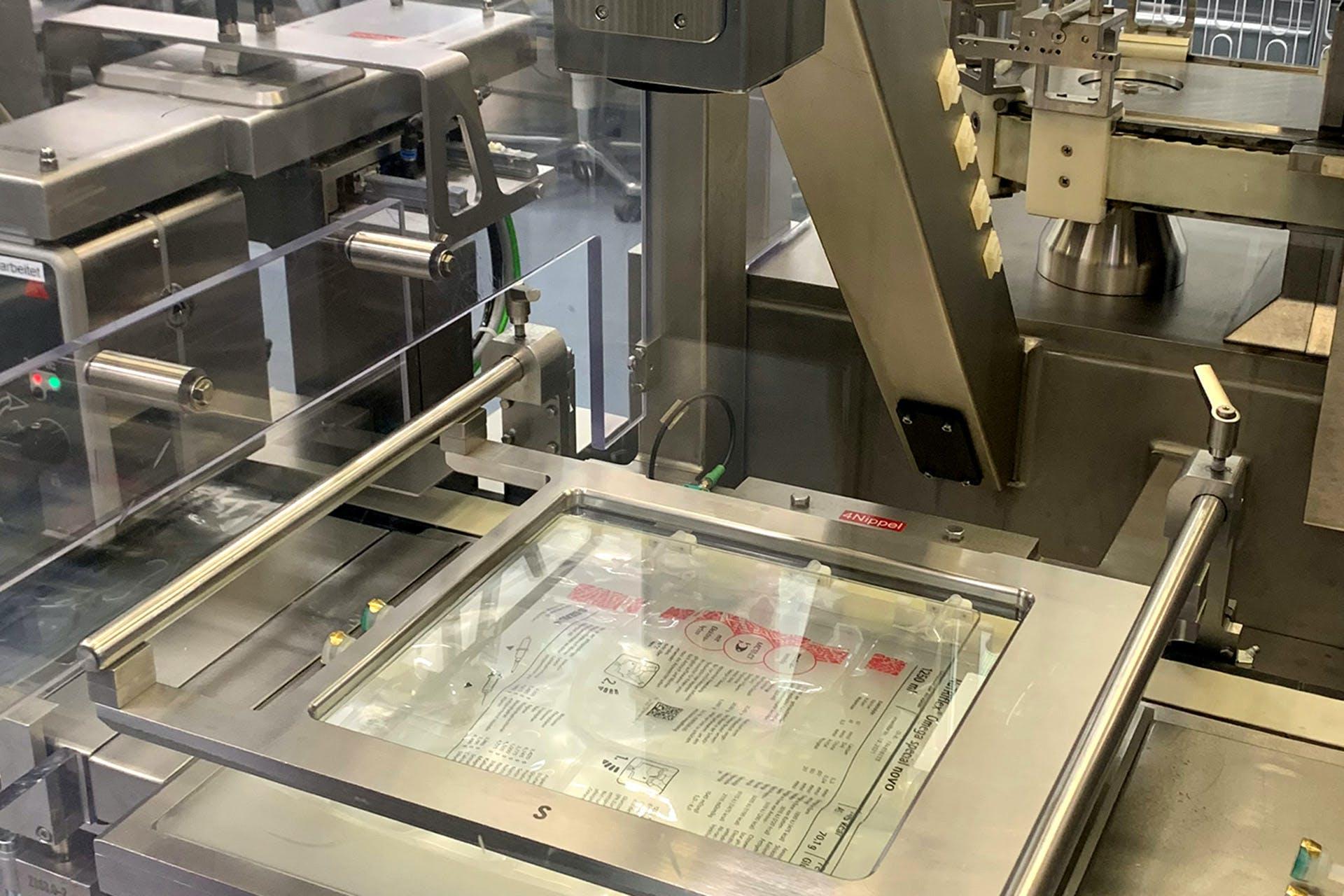 Qualitätsprüfung der Infusionsbeutel auf Partikel und Defekte am Beutel