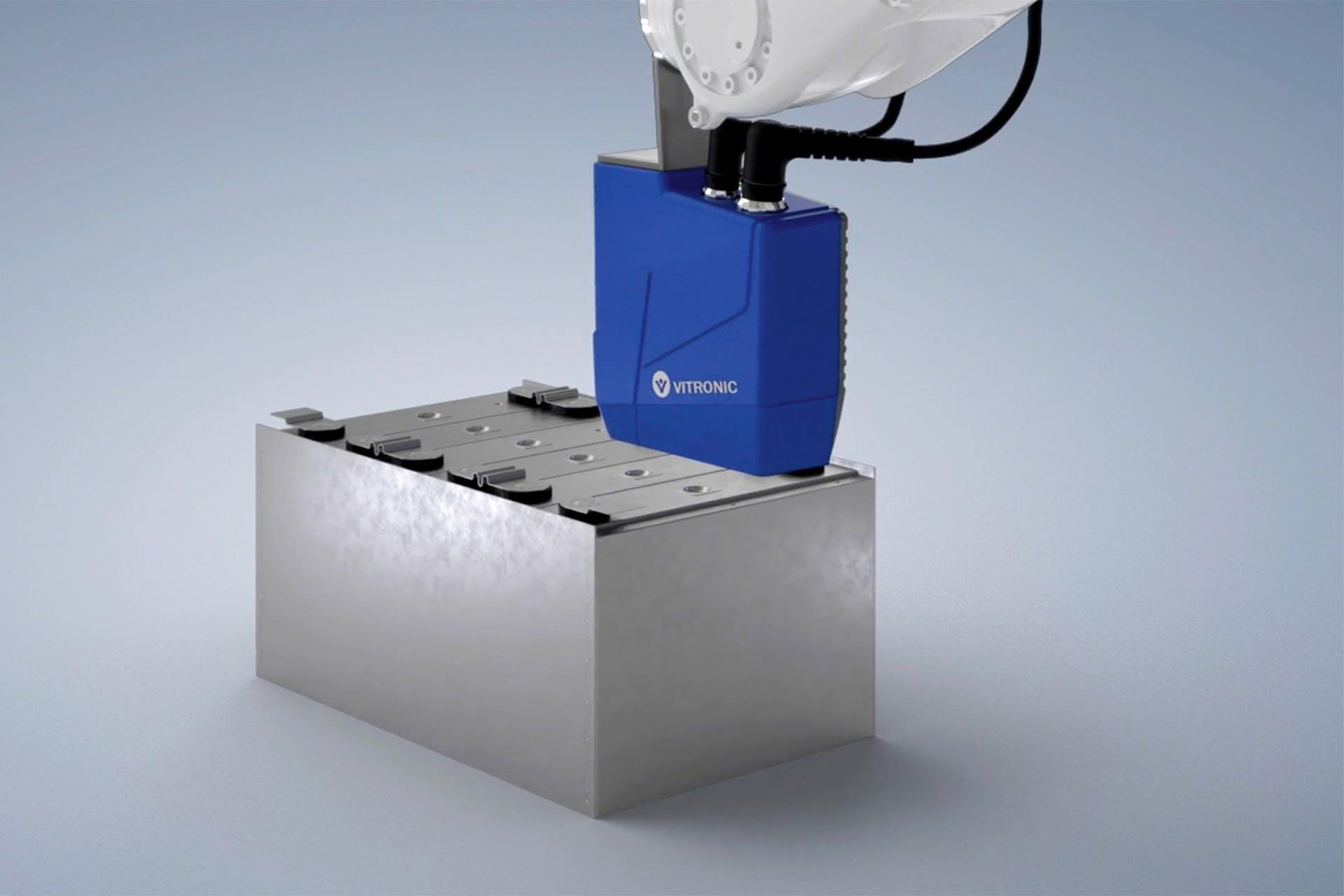 Das Auto-ID-System VIRO WSI von VITRONIC an einem Roboterarm prüft einen Batteriekasten.