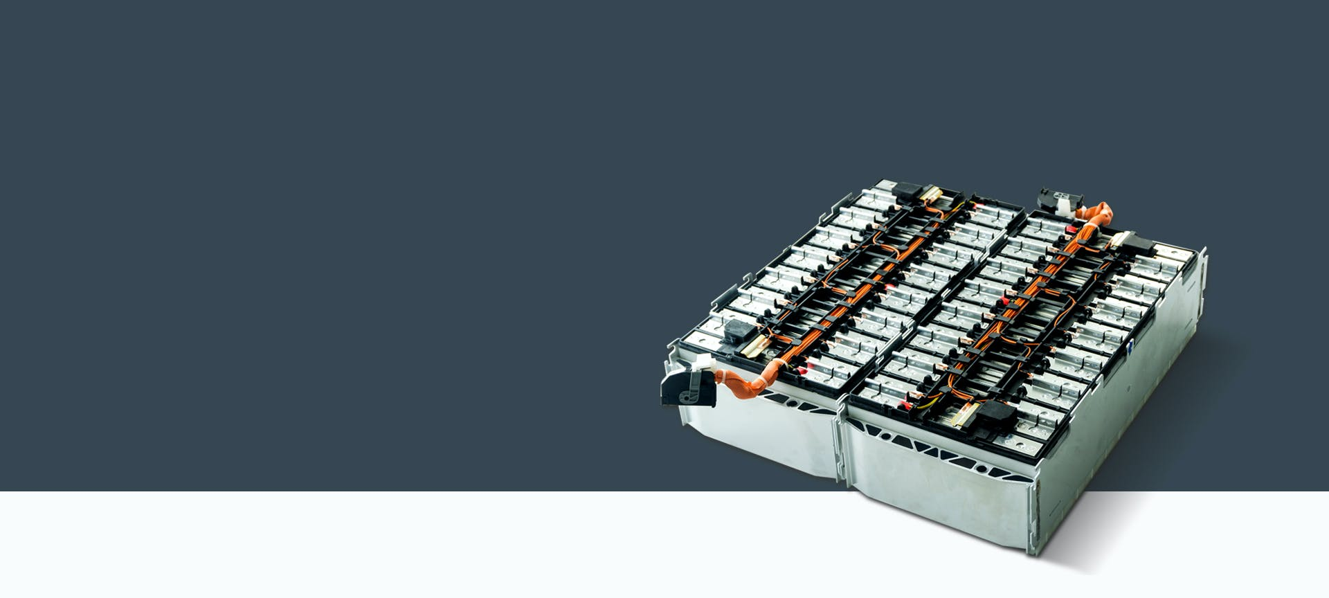 Ein Batteriekasten für Elektrofahrzeuge auf grauem Hintergrund.