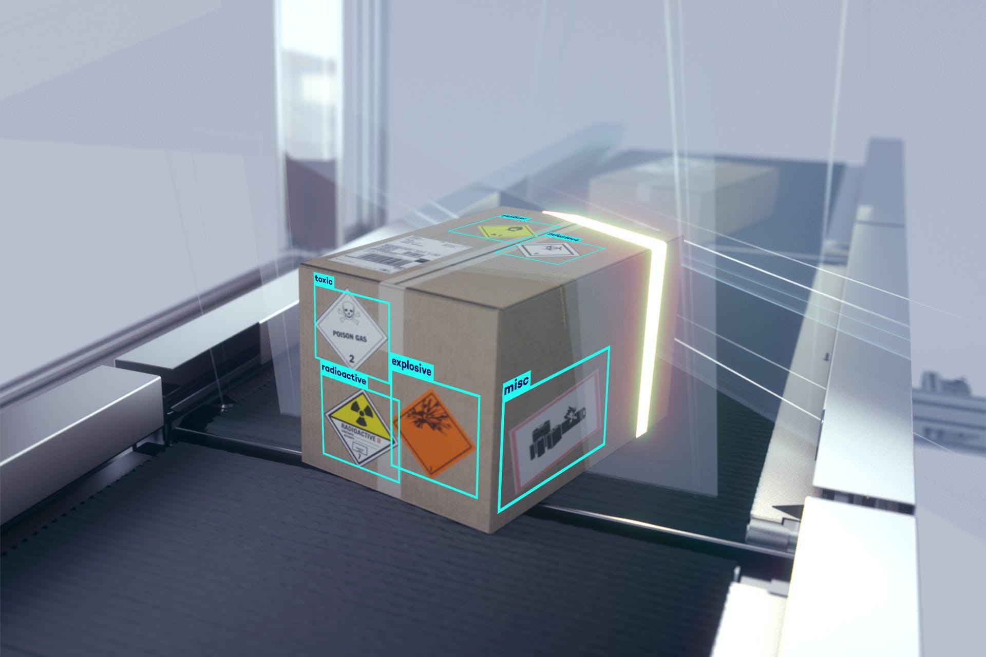 Ein Paket mit verschiedenen Gefahrgutaufklebern bei der Erfassung auf einem Förderband.