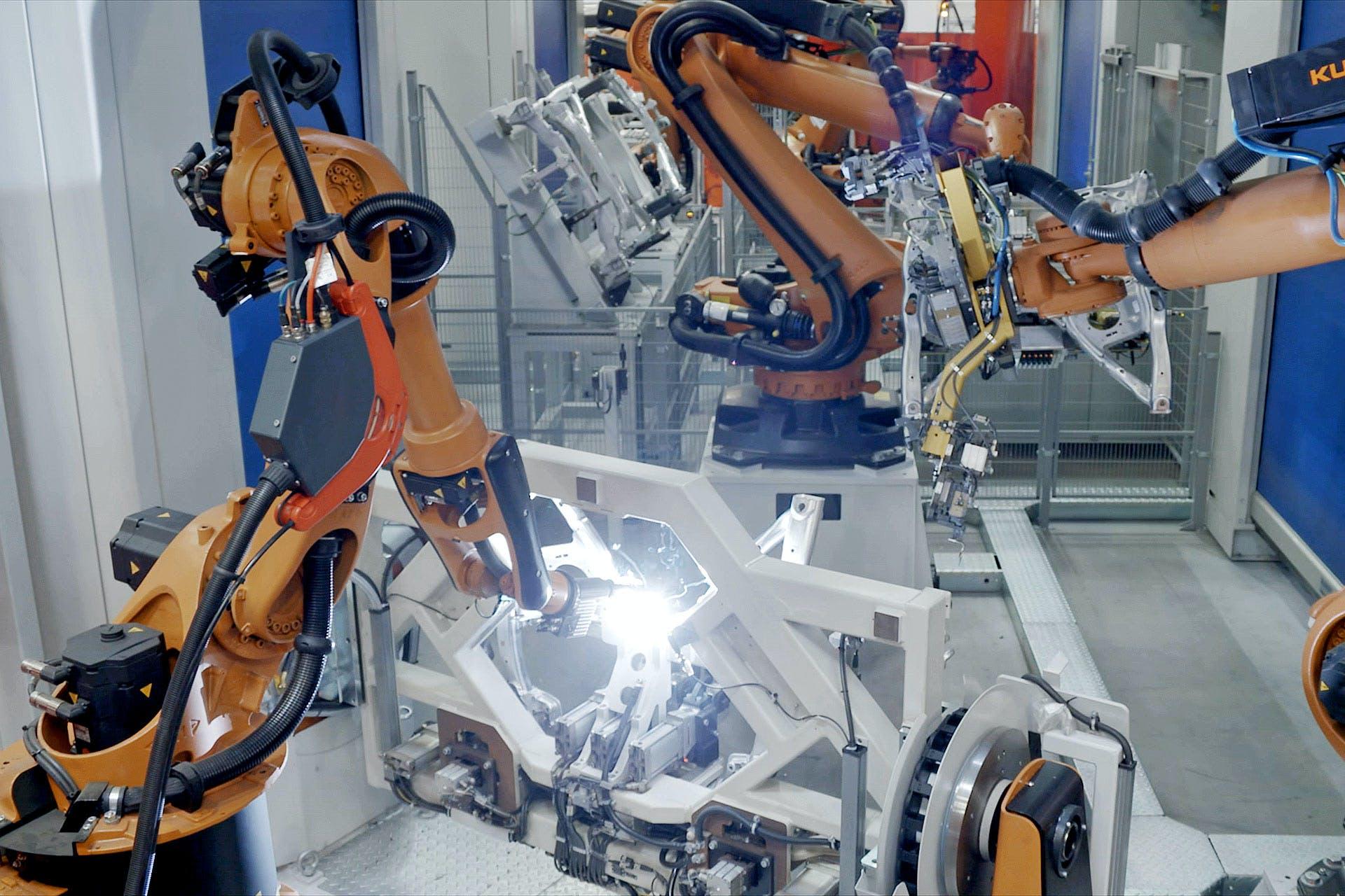 Roboterarme beim automatisierten Schweißen