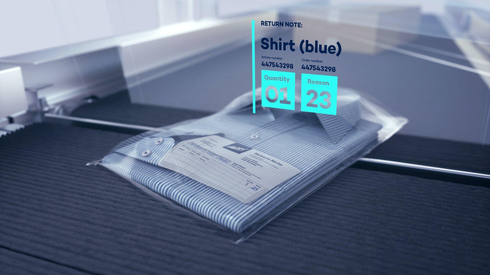 Ein Hemd auf dem Förderband mit dem automatisch erfassten Retourengrund