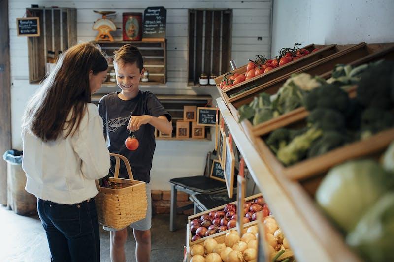 Två barn handlar i gårdsbutik i Halland.
