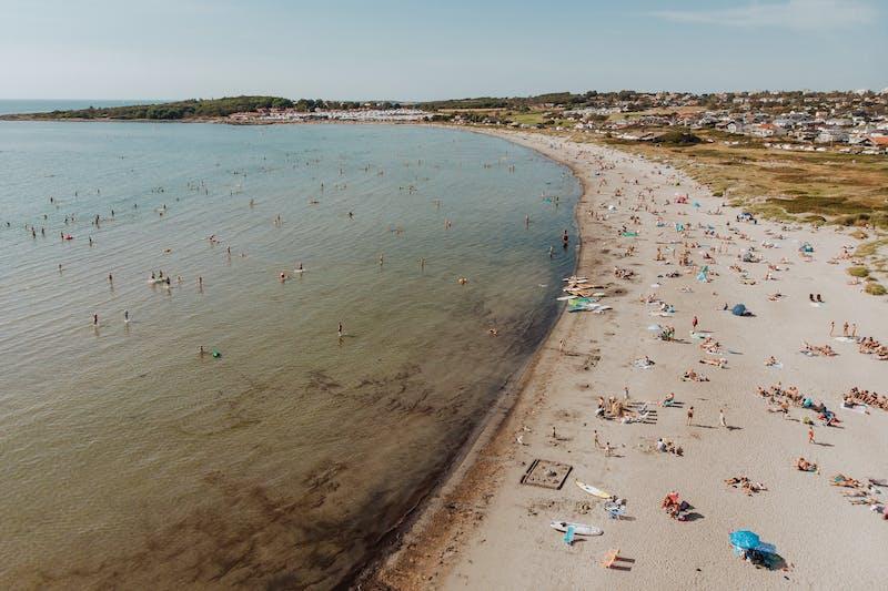 Apelviken strand är fylld av badglada människor
