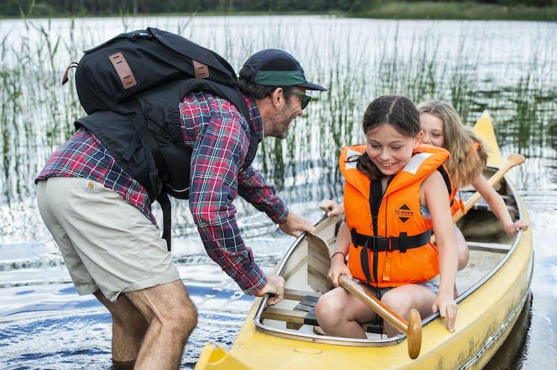 En familj är på väg ut på kanot-ävenyr.